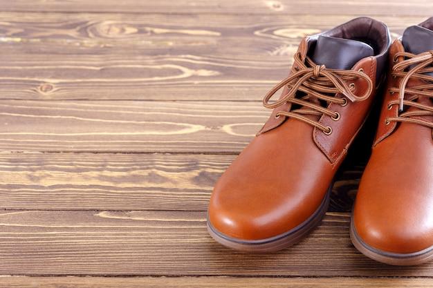 Sapatos masculinos elegantes em um fundo de madeira com espaço de cópia.