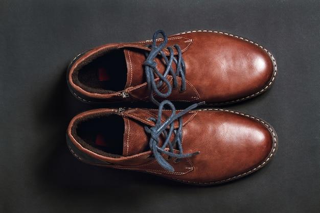 Sapatos masculinos em fundo preto