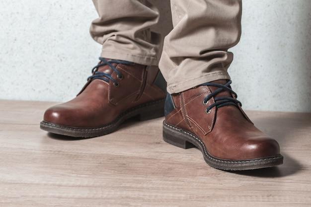 Sapatos masculinos em piso de madeira