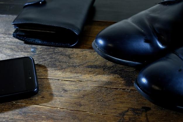 Sapatos masculinos negros e carteira de couro