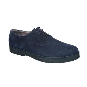 Sapatos masculinos nobuck azuis com atacadores isolados na superfície branca