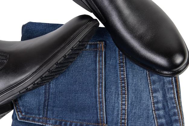 Sapatos masculinos pretos clássicos e jeans de ganga isolados no fundo branco