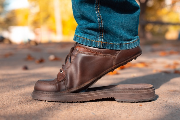 Sapatos masculinos rasgados na rua