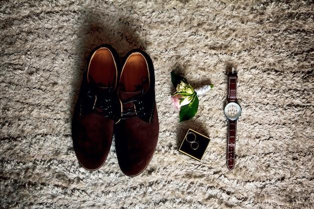 Sapatos masculinos, relógios e outros acessórios para o noivo