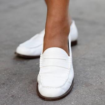Sapatos mocassins de couro branco moda feminina