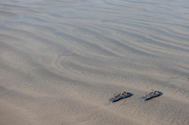 Sapatos na areia