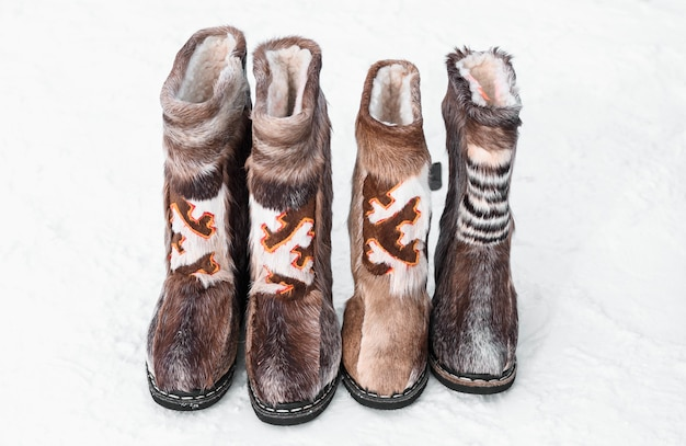 Sapatos nacionais khanty e mansi. feriado do dia dos povos renas do norte.