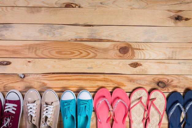 Sapatos no chão de madeira marrom em pé na fila