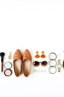 Sapatos, óculos de sol, pulseira, brincos, batom, pó. conceito de estilo de vida para blog, mídia social, revista.
