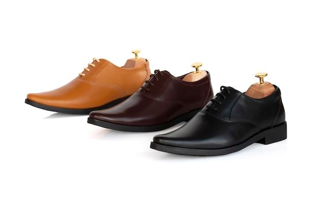 Sapatos oxford da coleção de couro da moda masculina com árvore de sapato (suporte de forma) isolado em branco.