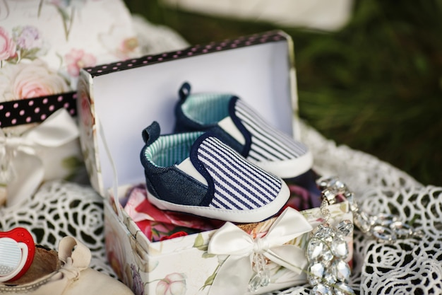 Sapatos para bebê em caixa