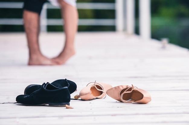 Sapatos para homem e mulher estão no chão da sala no fundo de um casal