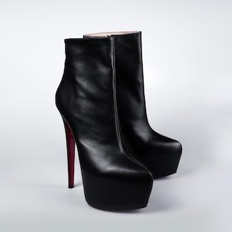 Sapatos pretos com salto alto