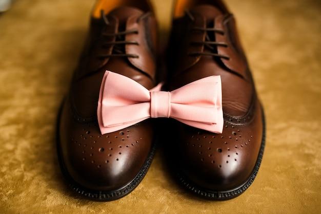 Sapatos pretos masculinos e gravata. decoração de um homem para um casamento.