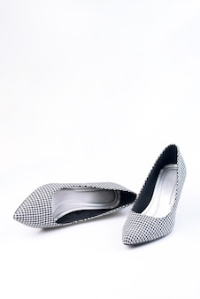 Sapatos retrô femininos com padrão preto e branco nos saltos isolados em um branco