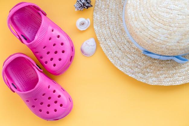 Sapatos rosa, chapéu e conchas. conceito de férias de verão