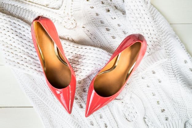 Sapatos stiletto ou salto alto e camisola branca