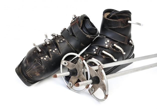 Sapatos velhos e bastões de esqui