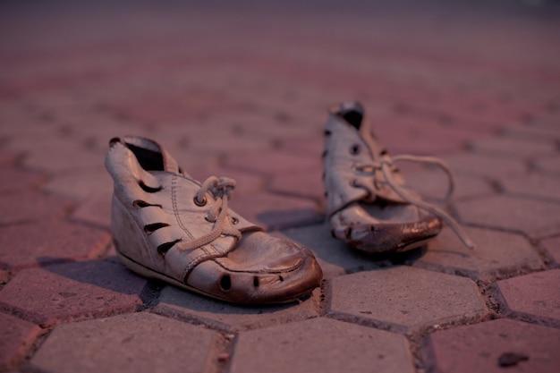Sapatos velhos para criança pobre