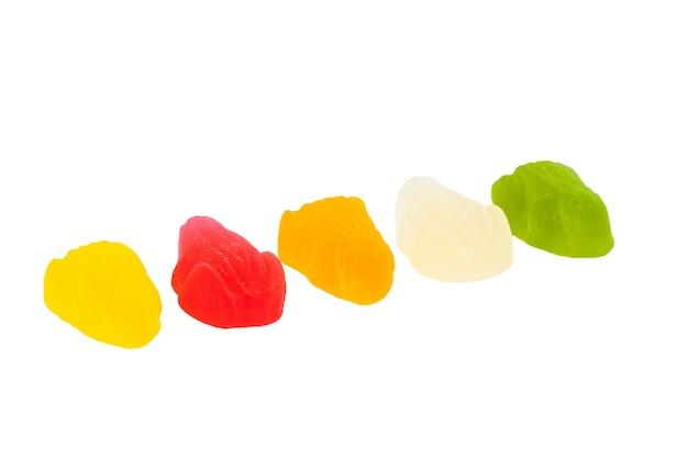 Sapos gomosos multicoloridos dispostos em linha, isolados no branco