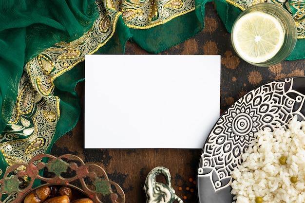 Sari indiano plano e comida