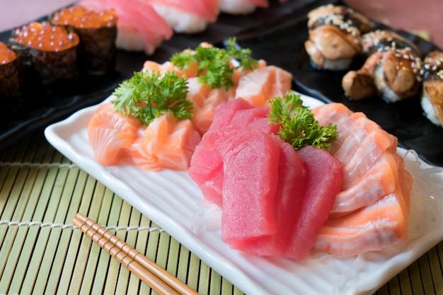 Sashimi cortado misturado dos peixes na placa branca. sashimi salmão e atum com atum