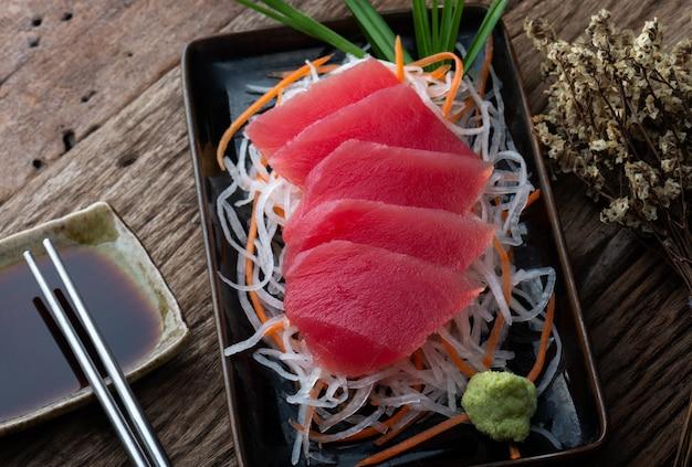 Sashimi de atum em estilo japonês.