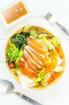 Sashimi de carne de peixe salmão fresco cru com algas