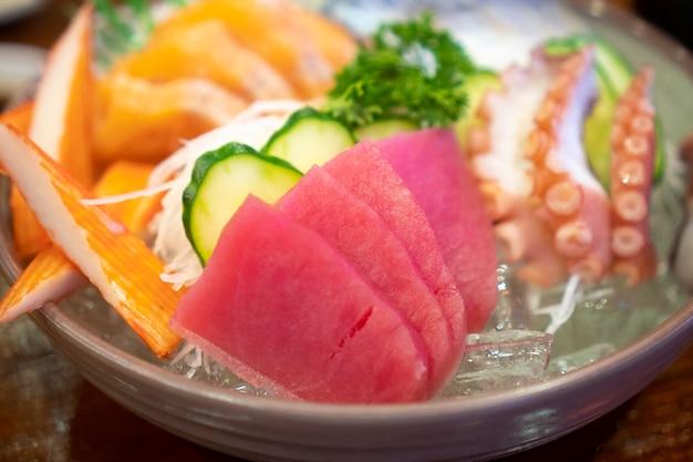 Sashimi de comida japonesa (peixe cru, marisco ou crustáceos)