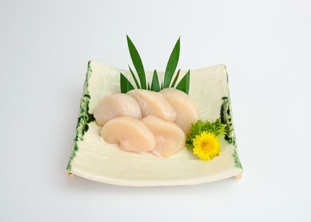 Sashimi de concha de hotate cru em fatias no prato