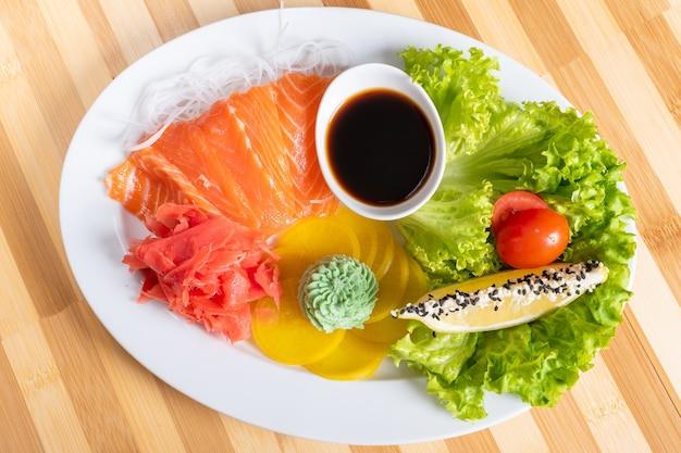 Sashimi de salmão com patat, limão e ervas. para qualquer propósito.