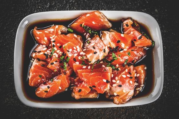 Sashimi de salmão com sementes de gergelim