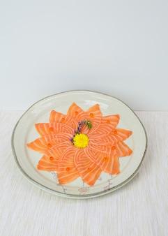 Sashimi de salmão cru fatiado no prato