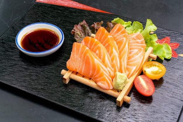 Sashimi de salmão cru fresco com molho de soja