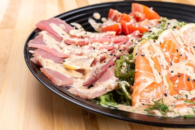 Sashimi de salmão e atum em uma salada com ervas. para qualquer propósito.