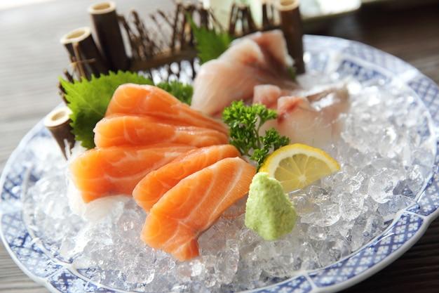 Sashimi de salmão e pargo comida japonesa