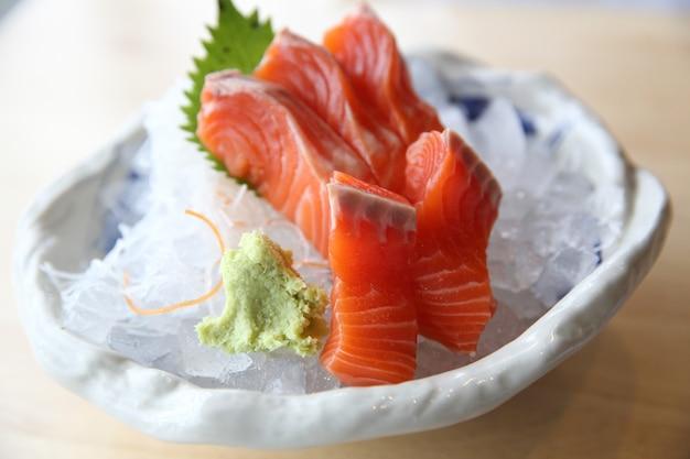 Sashimi de salmão em fundo de madeira comida japonesa