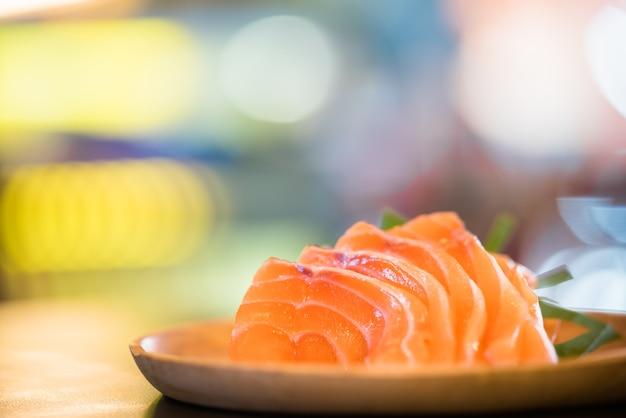 Sashimi de salmão fatiado servido na bandeja de madeira, comida japonesa deliciosa menu