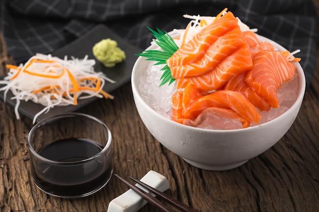 Sashimi de salmão na mesa de madeira