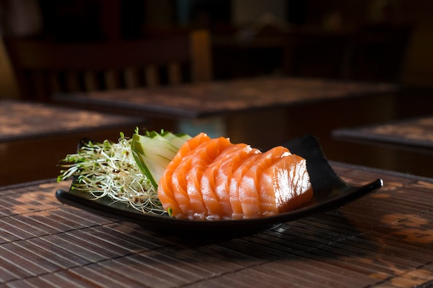 Sashimi e fatias de pepino
