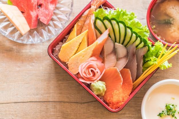 Sashimi fresco cru com arroz na caixa de bento