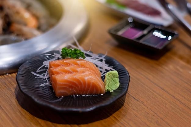 Sashimi salmão com comida japonesa que é deliciosa e bonita