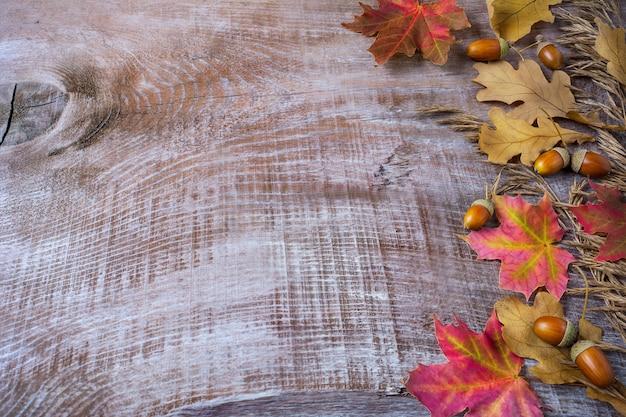 Saudação de ação de graças com bolota e queda de folhas em fundo de madeira