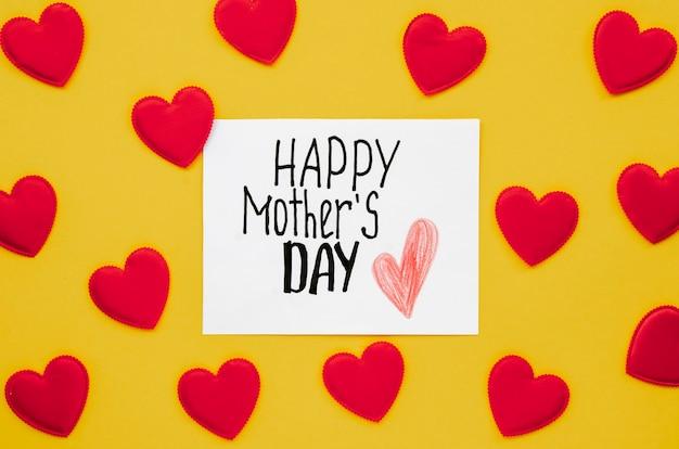 Saudação de dia das mães vista superior, rodeada de corações