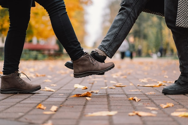 Saudação de distanciamento social com colisões nas pernas para prevenir a propagação do vírus corona