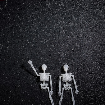 Saudação de dois esqueletos