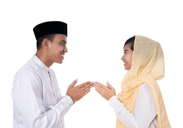 Saudação de homem e mulher da maneira tradicional muçulmana
