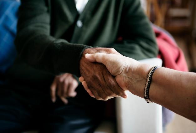 Saudação de pessoas sênior casual apertando as mãos