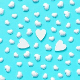 Saudação fundo de pequenos corações de gesso branco