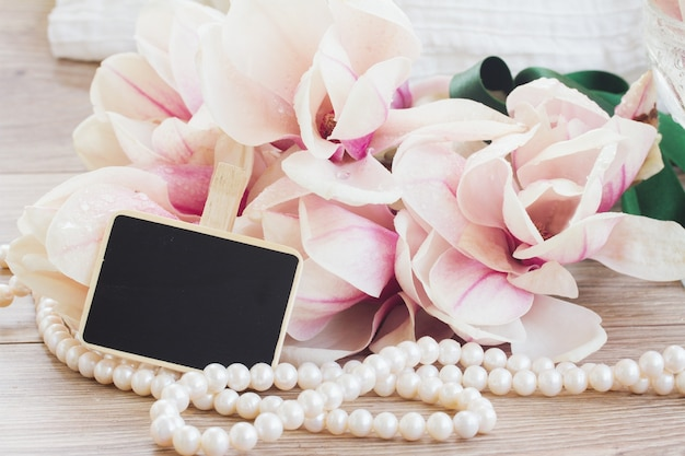 Saudações de casamento - flores de magnólia e pérolas com etiqueta de espaço de cópia
